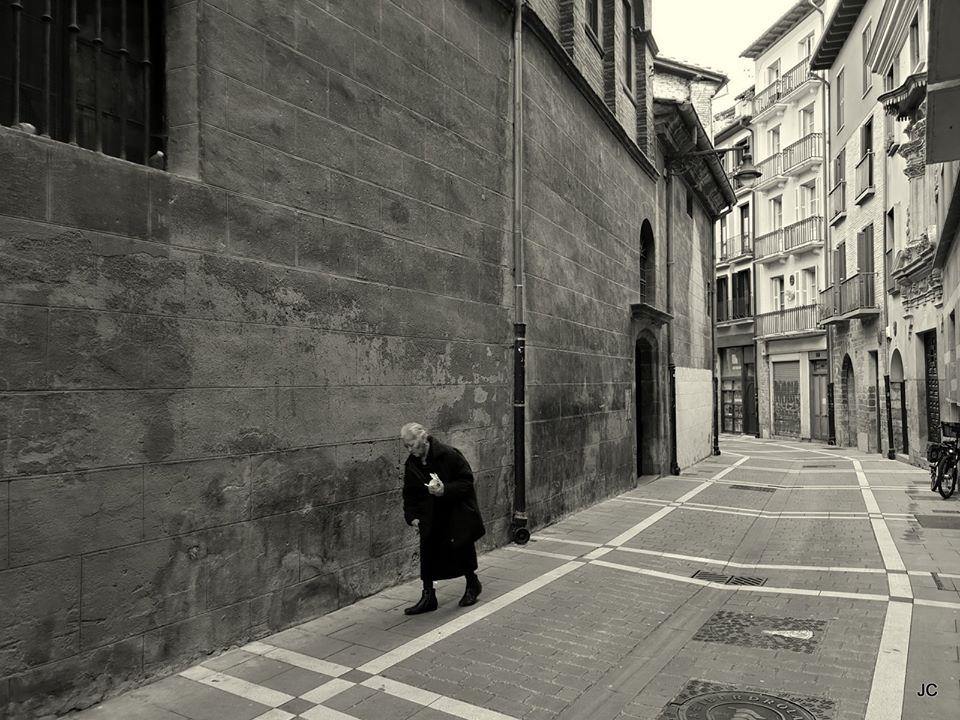 Señora caminando por la calle Ansoleaga.