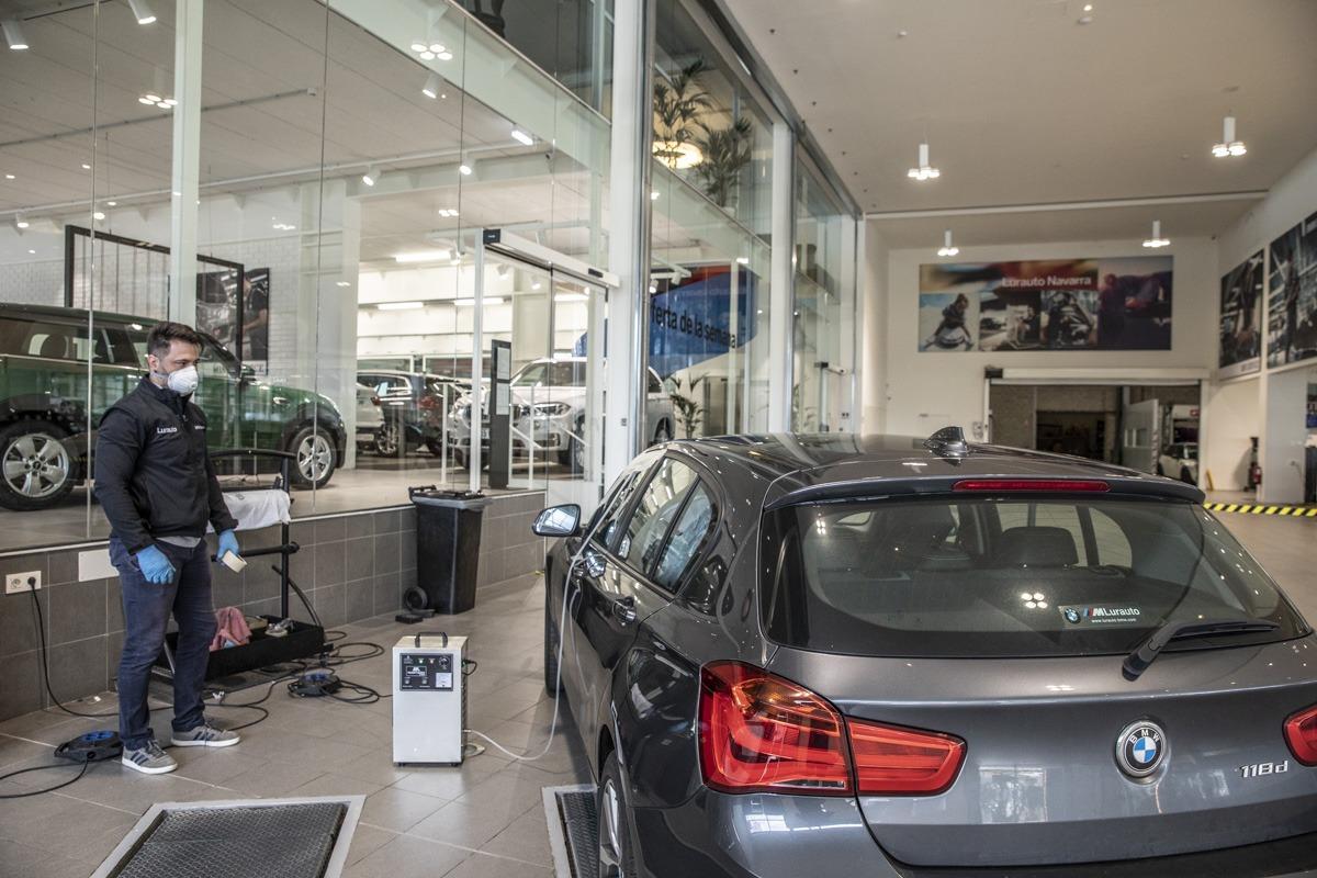 En Lurauto desinfectan los coches con ozono antes de repararlos.