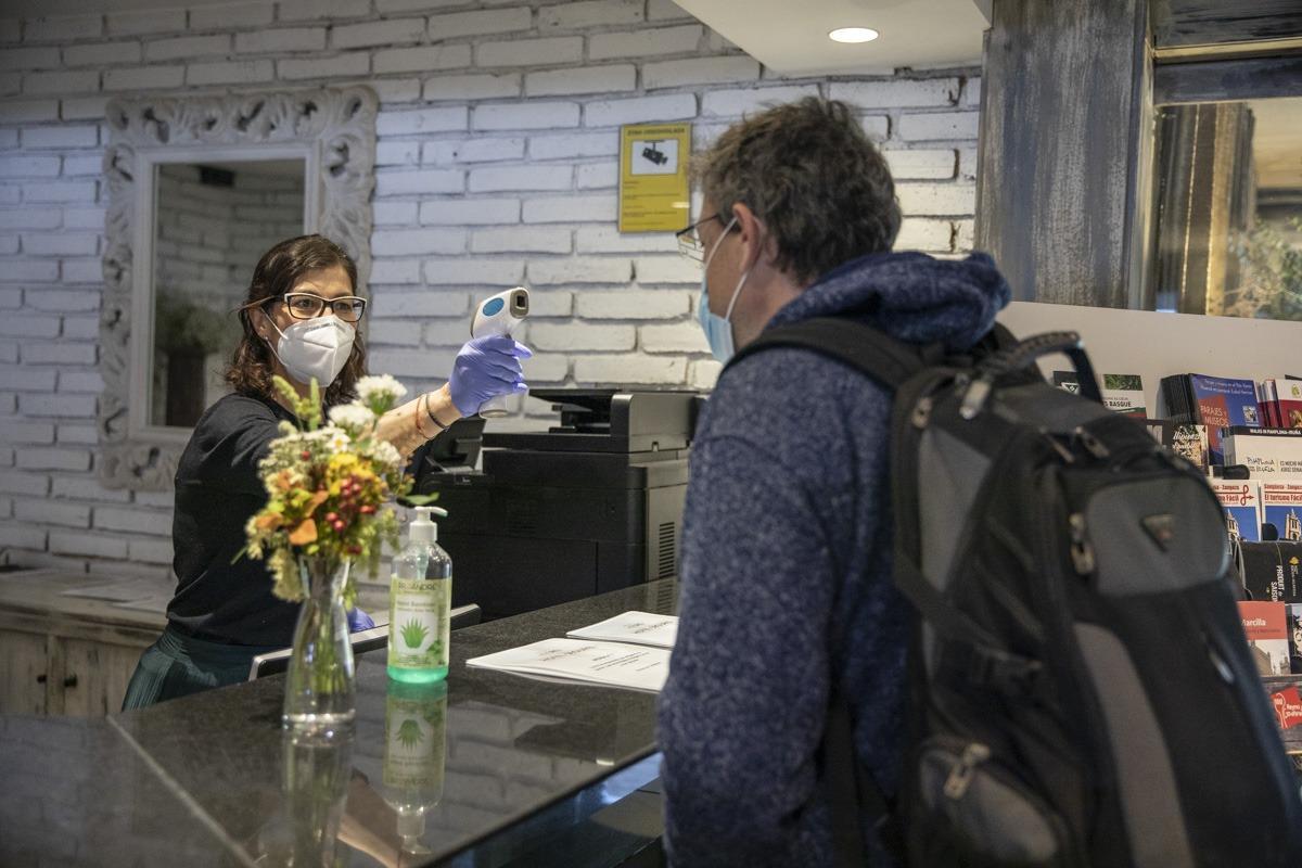 Sara Martínez toma la temperatura a un cliente en el Hotel Pamplona el Toro.