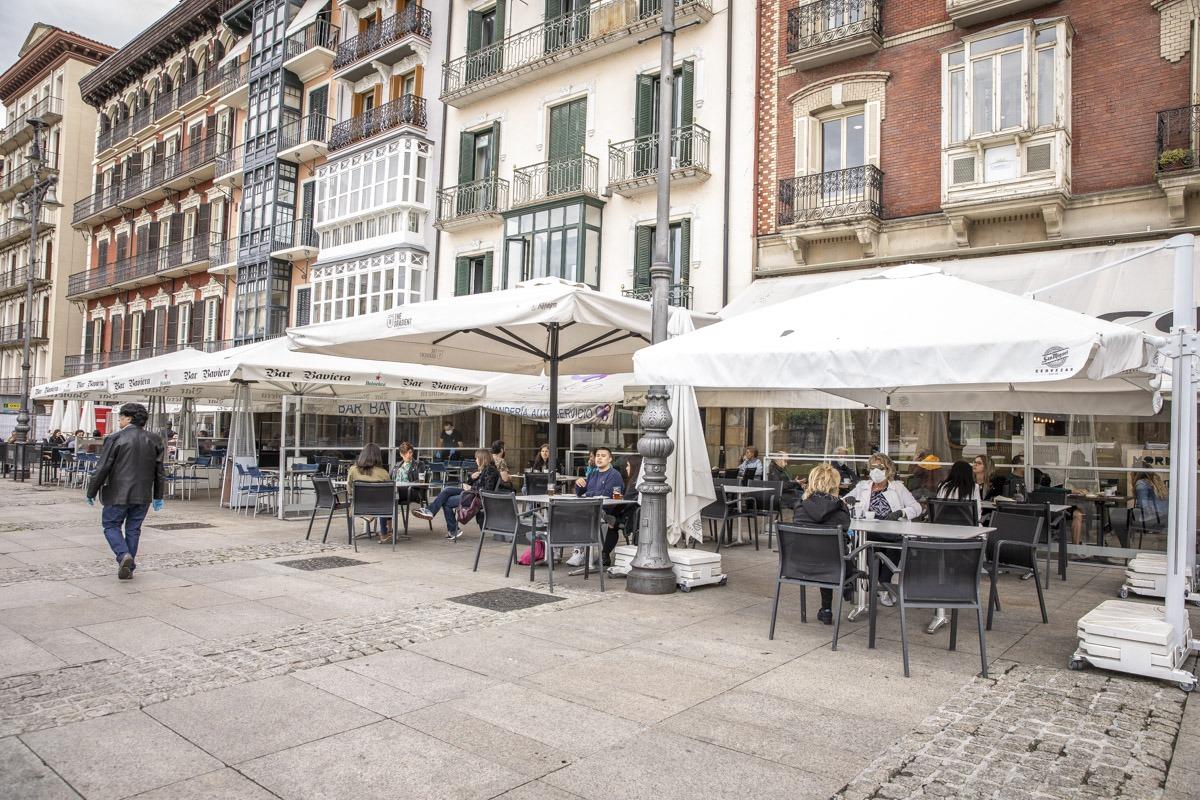 A mediodía, las terrazas de la plaza del Castillo ya mostraban cierta afluencia de personas.