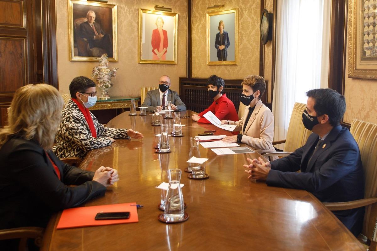 Reunión de la ministra con Chivite, Irujo, Saiz, Cigudosa y Ollo.