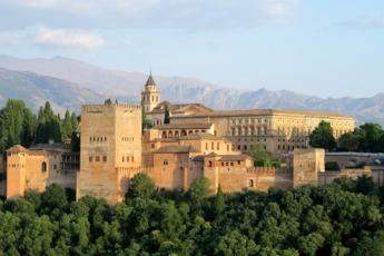 Dicen que desde la Alhambra de Granada se divisa los atardeceres más bellos del mundo.