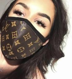 Uno de los modelos de mascarilla de Louis Vuitton en venta.