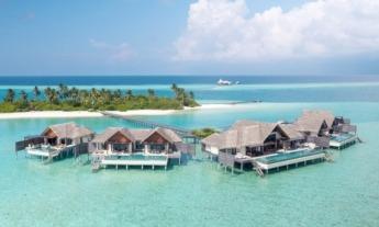 Hay numerosas villas privadas con palafitos a pie de mar.