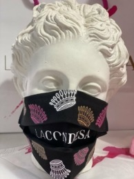 """Las características coronas de la firma """"La Condesa"""" adornan sus mascarillas."""