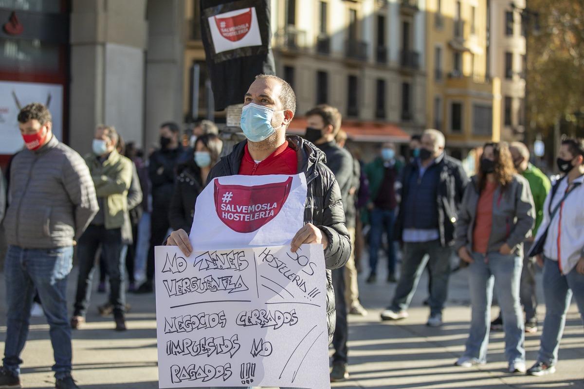 Poco antes de la reunión, decenas de personas se manifestaron para protestar por el cierre de la hostelería.
