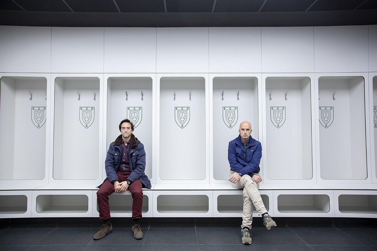 Raúl Roncal y Pablo Basterra, en los nuevos vestuarios del pabellón.
