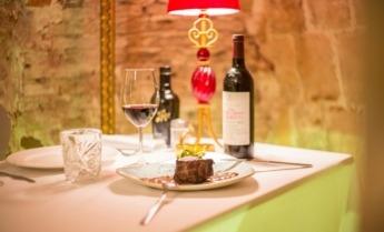 Solomillo de ternera con salsa de moixernons y verduritas, maridado con un vino de selección.