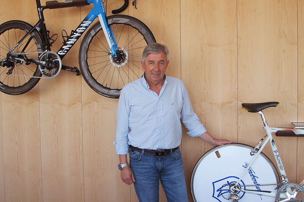 Eusebio Unzué, con dos de las bicicletas históricas del equipo.