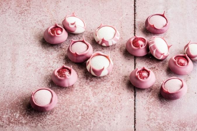 Tiene esa tonalidad rosa por el color rojizo de las semillas de este tipo concreto de cacao.