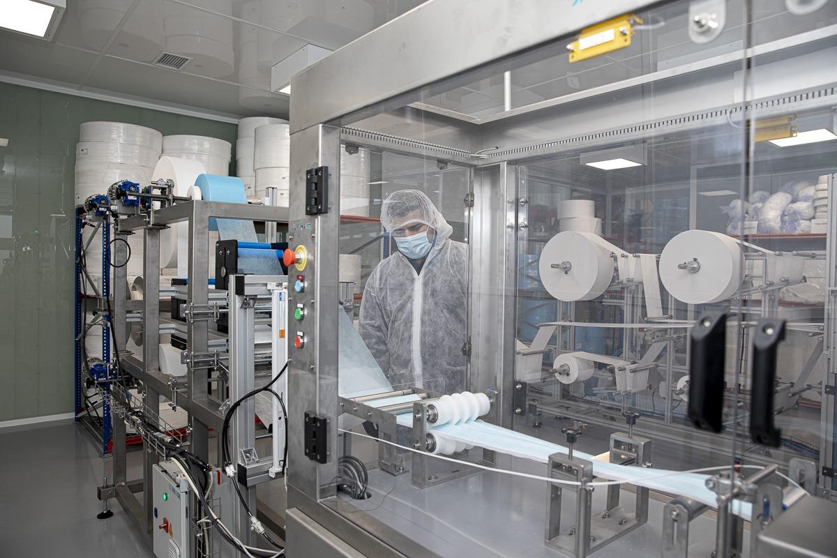 La empresa navarra confecciona 50.000 mascarillas quirúrgicas al día.