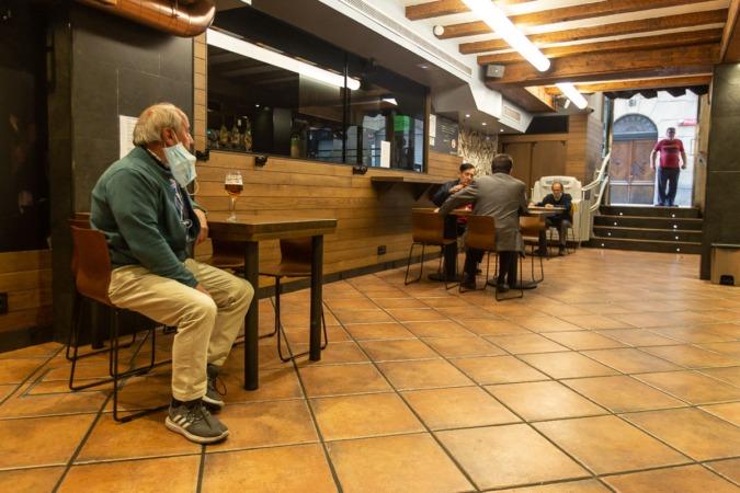 Durante la Fase 2, el aforo en el interior de los bares es del 40 % y solo se puede consumir en mesas.