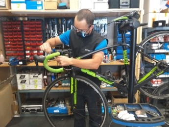 Iosu Costa en su taller de reparación, a pleno rendimiento.