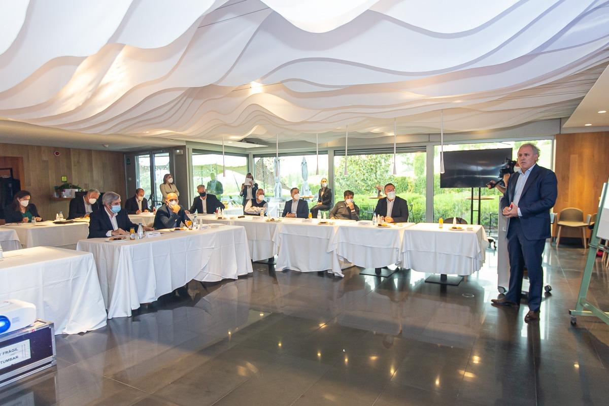 Los participantes en el encuentro de Fundación Industrial Navarra se distribuyeron en varias salas.
