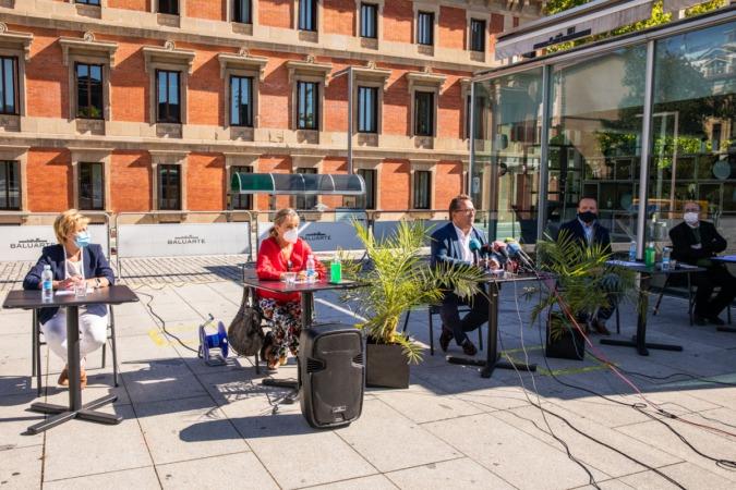La rueda de prensa se celebró en el exterior de Baluarte.