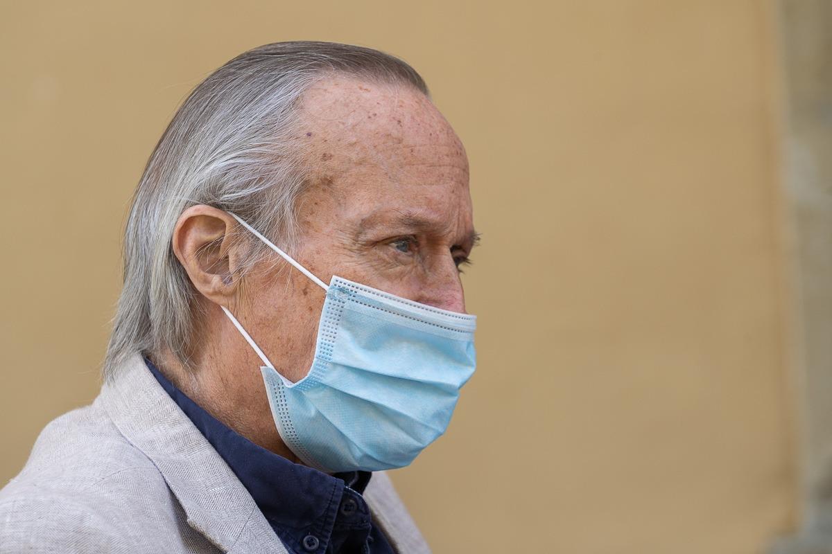 Durante la conversación, Josep Piqué usó en todo momento una mascarilla.