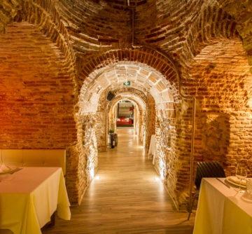 Los muros y cuevas de antaño se mantienen ofreciendo un ambiente mágico y acogedor a la vez que íntimo.