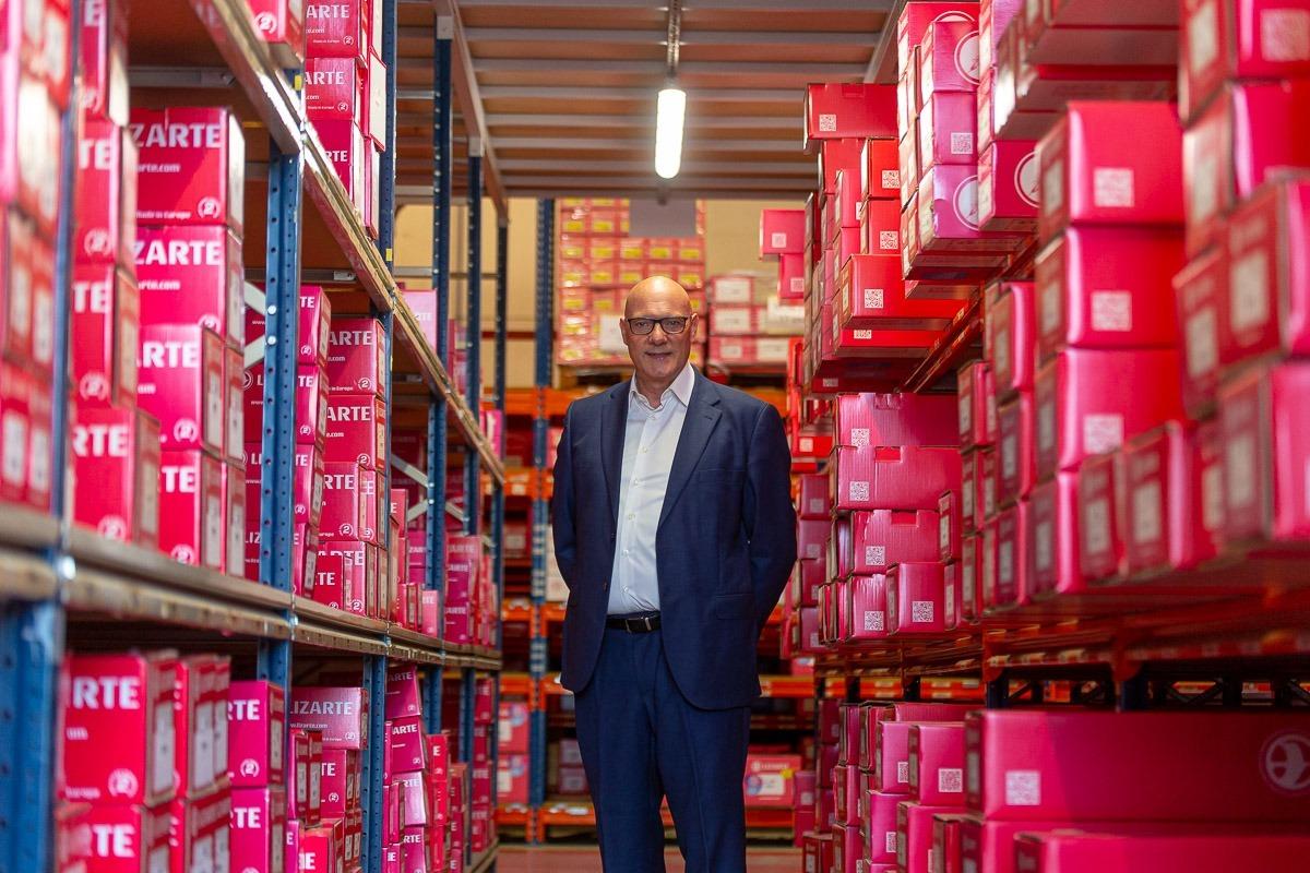 El propietario y director general de Lizarte, rodeado de pedidos listos para ser enviados a sus clientes.