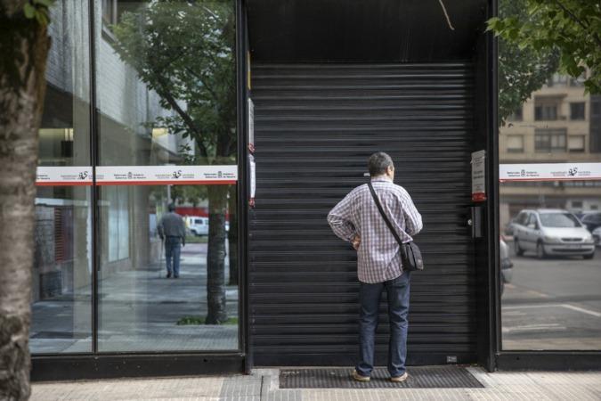 Este lunes por la mañana, el acceso trasero de las oficinas estaba cerrado.