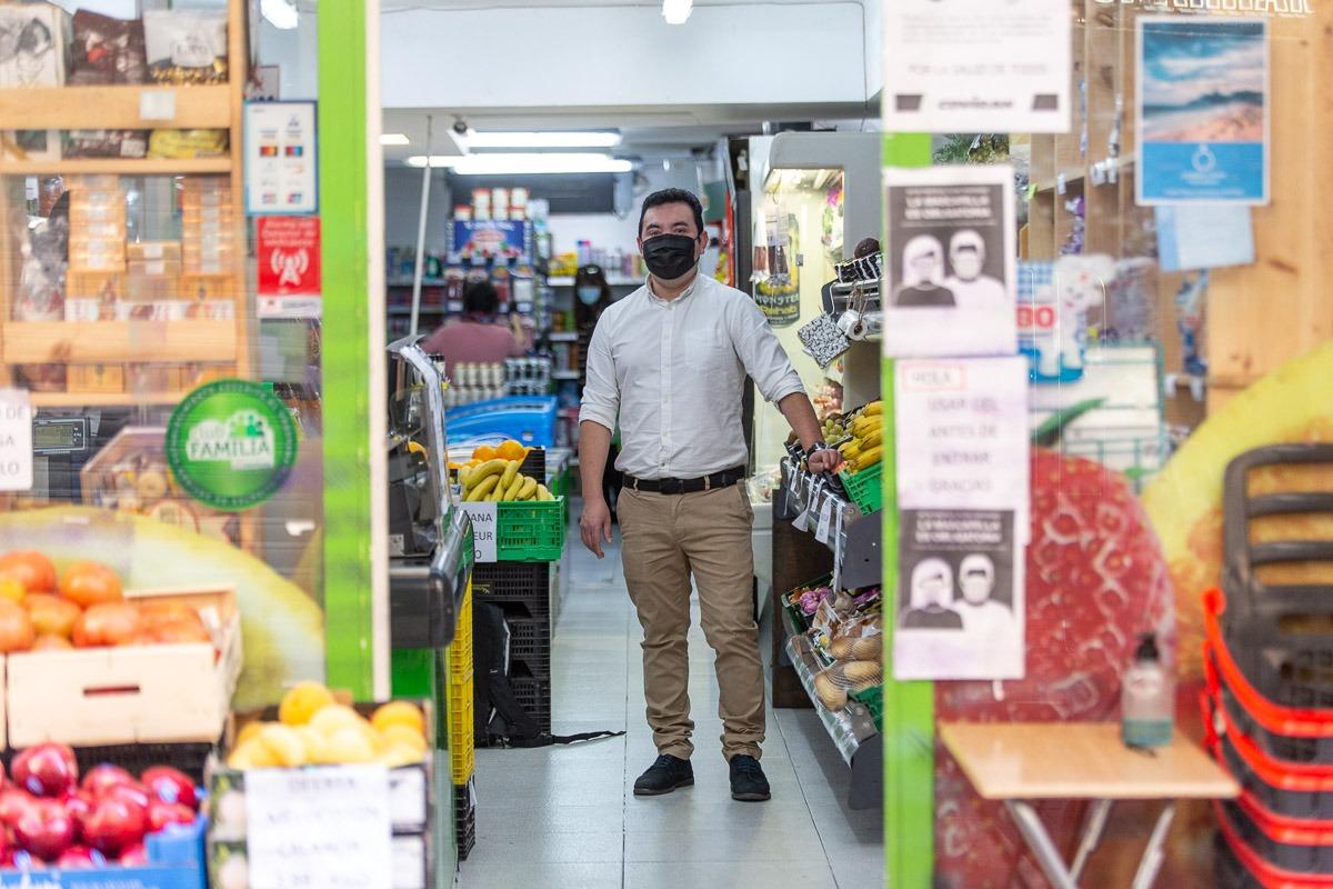 La jornada de Soto comienza a las cinco de la mañana, cuando va al mayorista a comprar frutas y verduras.